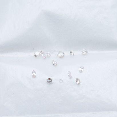 Lot de diamants sur papier comprenant cinq...