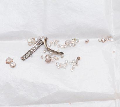 Lot de diamants sur papier, de diverses formes,...