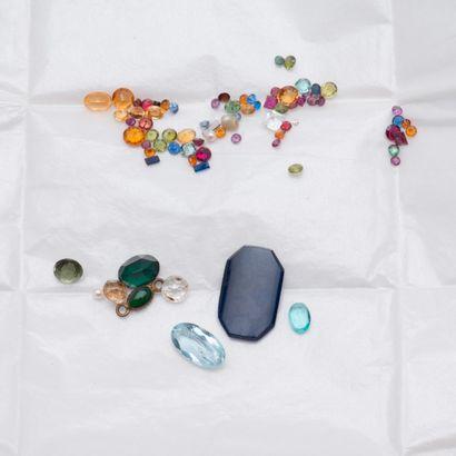 Lot de pierres sur papier dont quartz, citrines,...