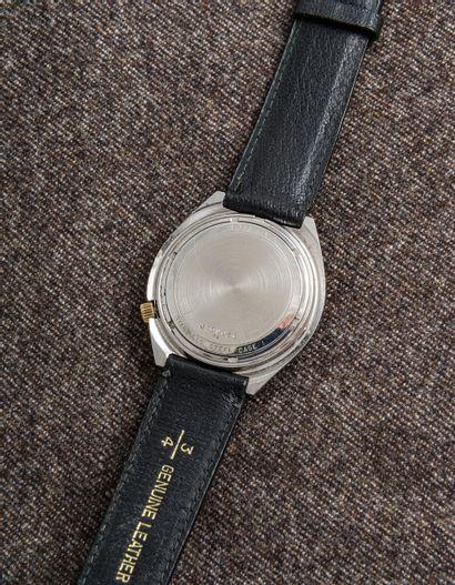BULOVA, vers 1970 Montre bracelet en acier, le cadran métallisé avec l'équerre et...