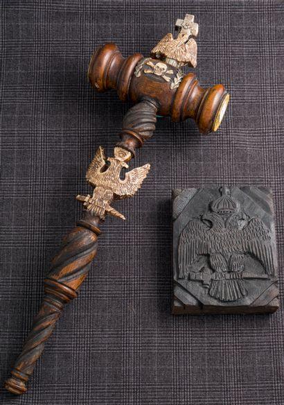 Maillet en bois avec symboles et motifs liés...