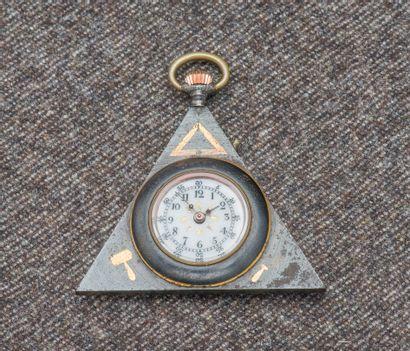 Montre de poche triangulaire en métal noirci...