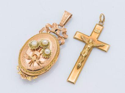 Lot de deux pendentifs comprenant une croix...