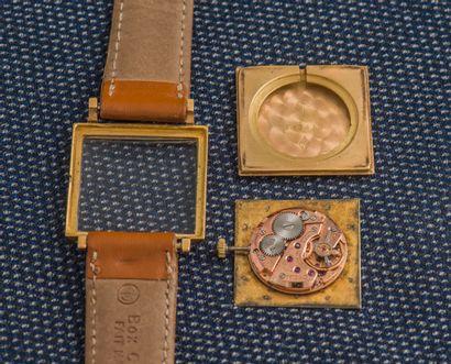 OMEGA Montre classique, le boîtier carré en or jaune 18 carats (750 ‰) à fond clippé...