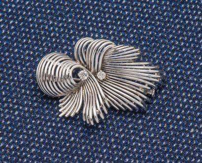 Broche en or gris 18 carats (750 ‰) dessinant...