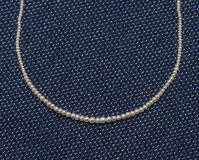 Collier formé d'un rang de petite perles...