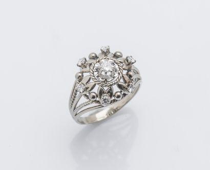 Bague dôme en or gris 18 carats (750 ‰) formant...