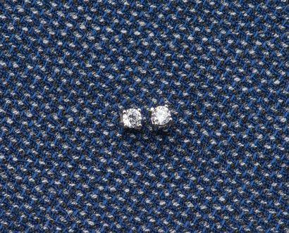 Paire puces d'oreilles en or gris 18 carats...