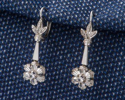 Paire de pendants d'oreilles en or gris 18...