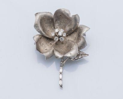 Broche fleur en or gris 18 carats (750 ‰),...