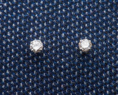Paire de puces d'oreilles en or gris 18 carats...