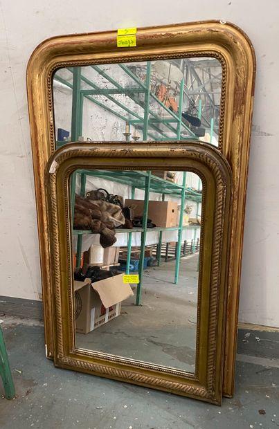 Lot de deux miroirs, cadres en bois et stuc...