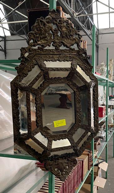 Miroir à parecloses en laiton repoussé  95...