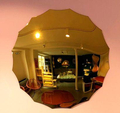 2 miroirs bombés dorés modèle Endora en acrylique à 16 branches  D. 76 cm  Prix...