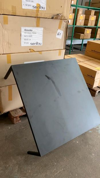 2 tables basse modèle Kasuko en métal laqué...