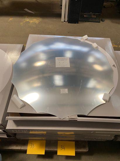2 miroirs bombés argentés modèle Endora en acrylique à 16 branches (dont 1 accidenté)...