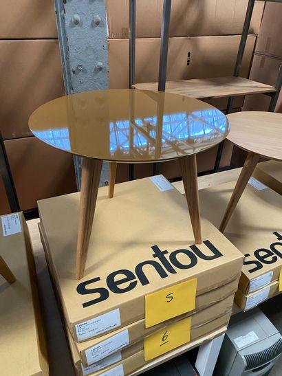 2 tables basses rondes modèle Lalinde, pieds bois et plateau peint couleur tabac...