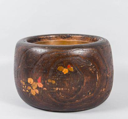 Japon Cache pot en bois à décor de fleurs...