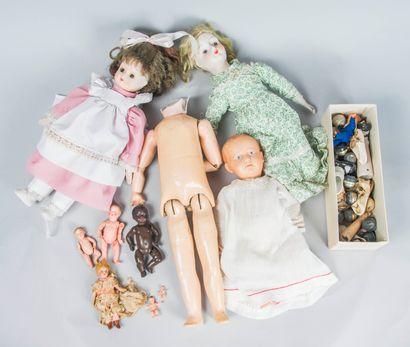 Lot comprenant :  Deux poupées en porcelaine...