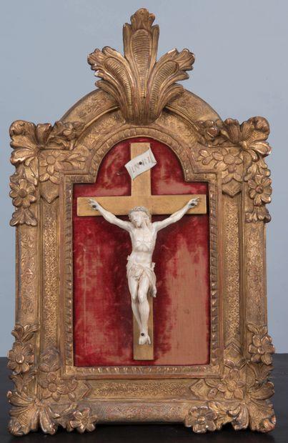 Christ en os sculpté dans un encadrement...