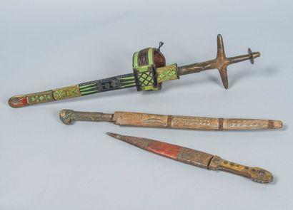 Lot de trois poignards africains :  - un...