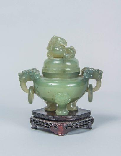 Vase tripode en serpentine verte, les pieds...