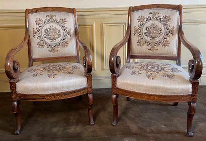 Suite de 4 fauteuils en bois de placage à...
