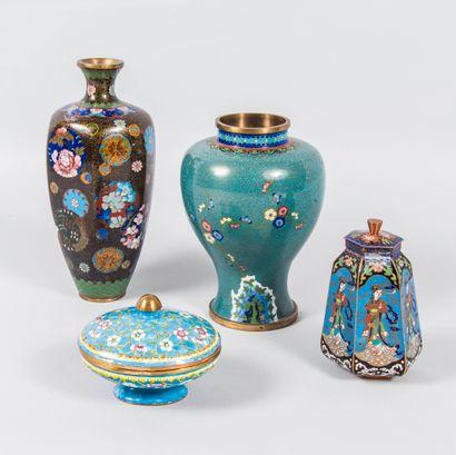 Lot comprenant deux vases et deux boîtes...