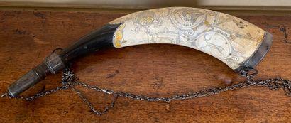 Poire à poudre en métal, bois et corne gravés...