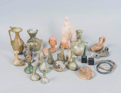 Lot d'objets de fouilles en verre irisé...