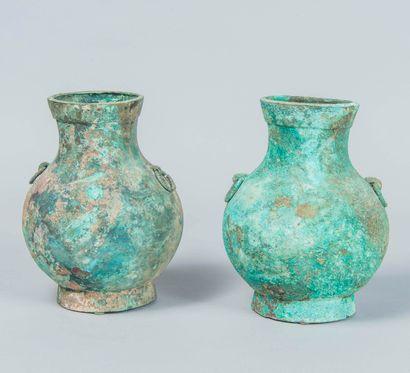 Deux vases Hu en bronze à patine verte avec...