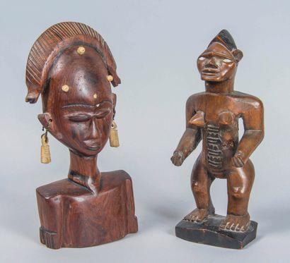Lot de deux statuettes en bois sculpté et...