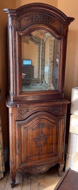Meuble vitrine en bois naturel mouluré et...