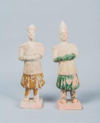 Deux Mingqi en terre cuite représentant des...
