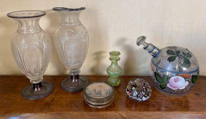 Lot comprenant :  - Deux vases balustres...