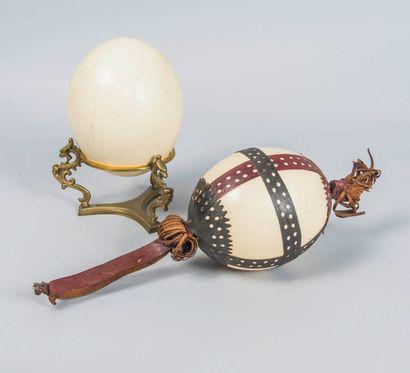 Lot comprenant :  Un œuf d'autruche sur un...