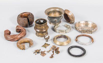 Afrique Lot comprenant 8 bracelets en bronze...
