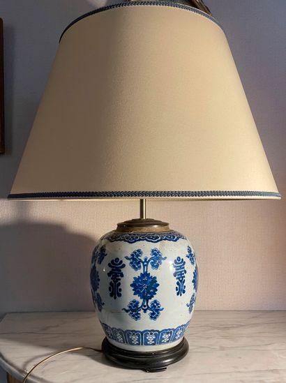 Lot comprenant :  - Vase boule en porcelaine...