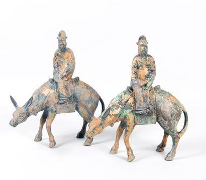 Chine, Deux sculptures en fonte de fer...