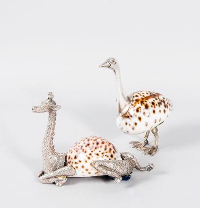 Lot comprenant une girafe et une autruche...