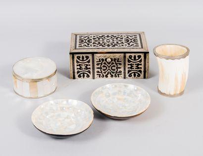 Lot comprenant une boîte en bois à décor...