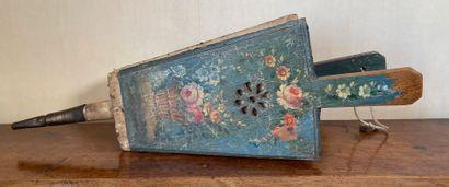 Soufflet en cuir et bois peint à décor d'une...