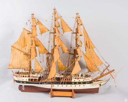 Maquette de bateau en bois peint