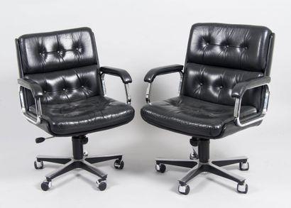 Paire de fauteuils de bureau en cuir noir...