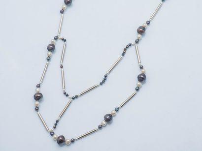 Sautoir moderniste composé de perles de culture...