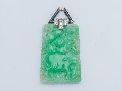 Pendentif orné d'une plaque en jade jadéite...