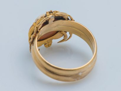 Bague en or jaune 18 carats (750 ‰) le chaton dessinant un crabe rehaussé d'émail...
