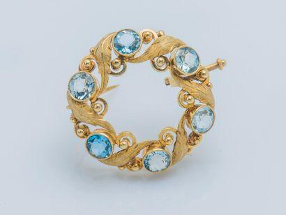 Broche ronde dessinant une couronne en or...