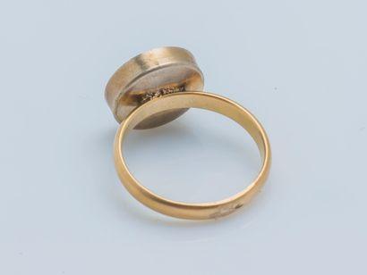 Bague formée d'une alliance en or jaune 18 carats (750 ‰) et métal surmontée d'une...
