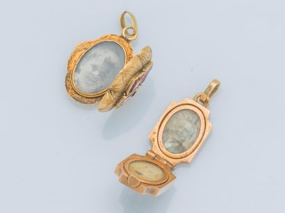 Lot de deux pendentifs ouvrant formant porte-photo en or jaune 18 carats (750 ‰)...